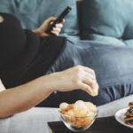 Dorme peggio, mangia di più, fa poca attività fisica e riscopre la cucina. L'identikit del lombardo costretto a casa dal Covid-19